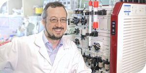 scientific expert for protein production and purification next to trenzyme's aekta